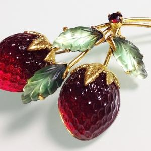 """Винтажная брошь от """"Austria"""" в форме веточки с клубникой красного цвета"""
